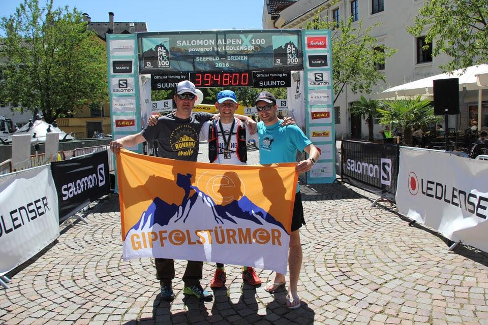 Überglücklich im Ziel mit Supportern Bart und Jochen