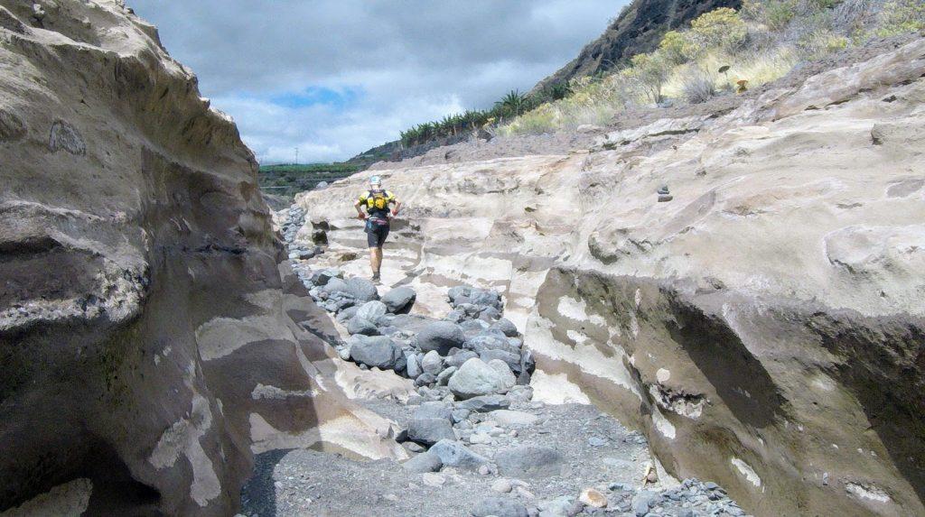 Ausgetrocknetes Flussbett auf den letzten Kilometern nach Los Llanos
